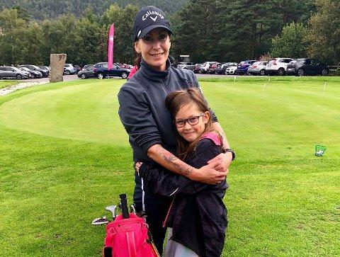 TRENGER PENGENE: Ingrid Therese Sivertsen Andreasen i Preikestolen golfklubb forteller at klubben hadde fått det vanskelig uten momskompensasjonen. Her sammen med sin datter Sanna Tomine.
