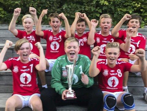 FORNØYD: Strømm Ils gutter var fornøyd etter å ha vunnet Haslumcup. Foto Privat