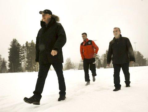 På befaring: Keith Lloyd, James Olsen og James Pyott likte det de fikk se på Åmot, selv om banen var begravd i snø. Olsen kan være nøkkelen til at unge vest-telemarkinger får prøvespille.