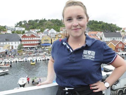 SOMMERJOBB: Ingvild Leren Stensrud studerer nå statsvitenskap ved Universitetet i Oslo, men i sommer er hun tilbake i hjembyen for å jobbe på utestedet Lanternen.