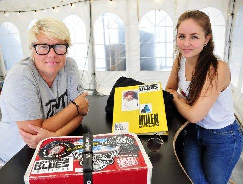 MANGE MINNER: I den røde festivalkofferten har Siv Janna alt fra sag til førstehjelpsskrin og sysaker. Man vet ikke hva man får bruk for backstage. Kaia holder seg til permen sin. FOTO: Anne-Lise Surtevju