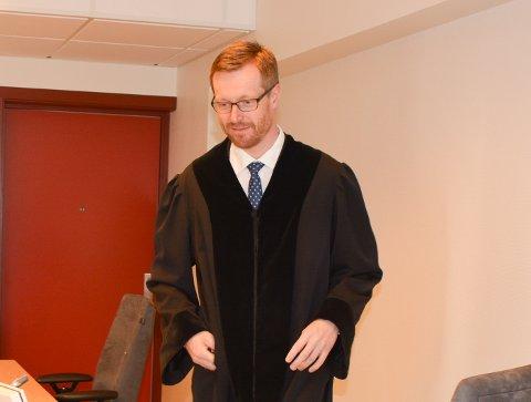 DOMMER: Tingrettsdommer Morten Thomsen dømte 27-åringen til 10 måneders ubetinga fengsel for de mange bedrageriene.