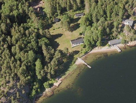 Denne eiendommen, som ligger midt i bildet, med et hovedhus og to gjestehus, ligger ute for salg med en prislapp på over 17 millioner kroner.