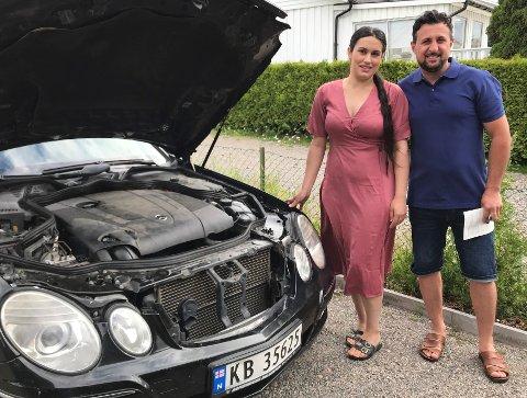NY MOTOR: Shevan Alomar er ikke bilmekaniker, men byttet motoren selv. Her er han sammen med kona Ashwiaq Alali.