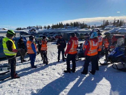 FRIVILLIG INNSATS: Telemark Røde Kors hjelpekorps er i beredskap flere steder i fjellet denne uka. Fredag holdt de en skredøvelse på Lifjell i Bø, blant annet sammen med politiet.