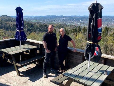 IKKE RIKTIG: Kikuthyttas eier og driver, Ivan Ragnvaldsen og Cathrine Gunnestad, er bekymret for driften og mener de har fått for lite i korona-kompensasjon.  Her står de rett utenfor selve bygningen/hytta.