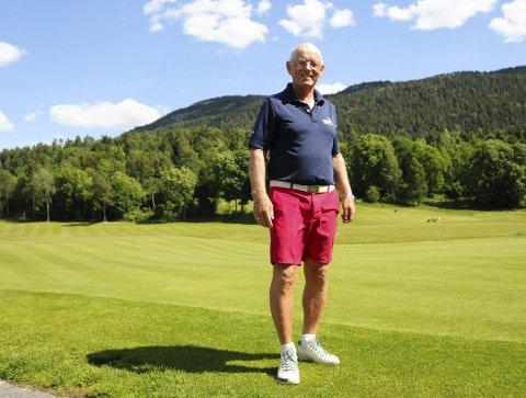 FORNØYD: Styreleder i grenland og omegn golfklubb, Rolf Erling Andersen, forteller at klubben har kurset nesten hundre stykker på to måneder, og at de merker en stor pågang på banen sin.