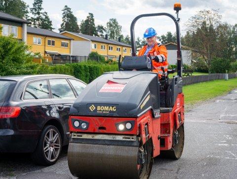 FIKK PRØVE SEG: Stortingsrepresentant Bård Hoksrud fikk være med da det skulle legges ny asfalt i Røyvegen på Gulset. Frp-politikeren fikk til og med ta seg en tur med dampveivalsen.
