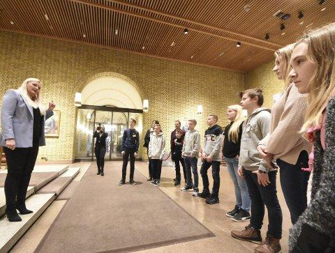 SPESIELLE GJESTER: Åslaug Sem-Jacobsen var ikke i tvil om hvem hun bør søke råd hos når det gjelder ungdomstemaer: ungdomsrådet i Notodden. Hun inviterte dem like godt til Stortinget for et viktig møte.