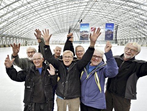 Gleder seg: Gunnar Rødsand (foran fra venstre), Sigvard Thy, Jon Inge Dromnes, Bård Ekker, Tor Olsen (bak fra venstre), Anders Waagen og Jan Ole Eilertsen har det moro med dugnad i ishallen.