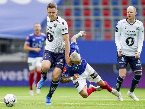 Andreas Hopmark fra da KBK vant 2-1 mot Vålerenga søndag. Her er det Aron Dønnum som taper en duell mot kristiansunderen.