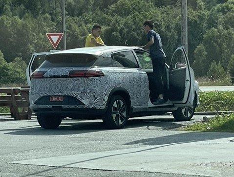William Ormset fikk en sniktitt inn i den ene testbilen som dukket opp på Averøy. Det var tre personer i hver av de tre bilene som parkerte på Kårvåg.