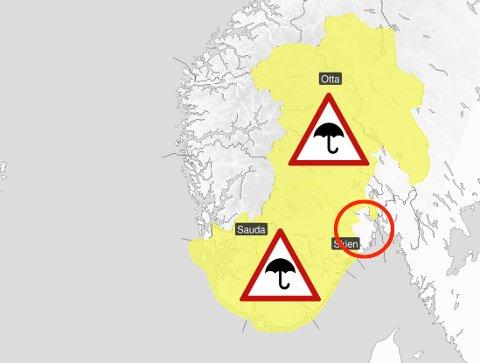 SLIPPER UNNA MED ET NØDSKRIK: Vestfold (med rød ring) ser ut til å gå klar av det kraftigste regnværet.