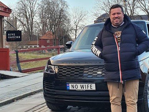 TYDELIG BUDSKAP: Bistromannen Colin August Dahl har utstyrt sin Range Rover Black Edition med et høyst personlig skilt.