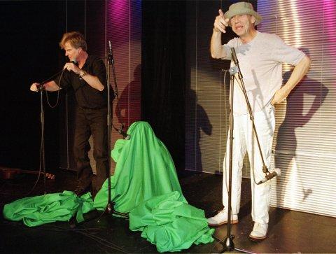 BOKSMAT: Prima Vera, her ved Tom Mathiesen (til venstre) og Jahn Teigen og Herodes Falsk (under det grønne teppet) får nå sine samlede verker utgitt på CD for aller første gang.