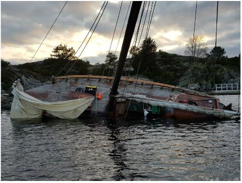 Slik har båten ligget en stund. Nå vil Raet nasjonalpark sørge for at det fjernes.