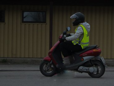 Kjørte uten lys: En mopedist på Vegårshei brukte alternativt lys.