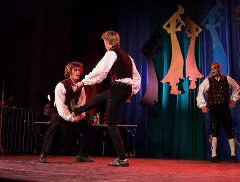 Hallinggjengen: I går dansa FolkemusikkUNG i Valdres lagdans i juniorklassen. Håkon Brusveen Aasen til til venstre, og Håkon Håvelsrud Odden i bakgrunn til høyre.