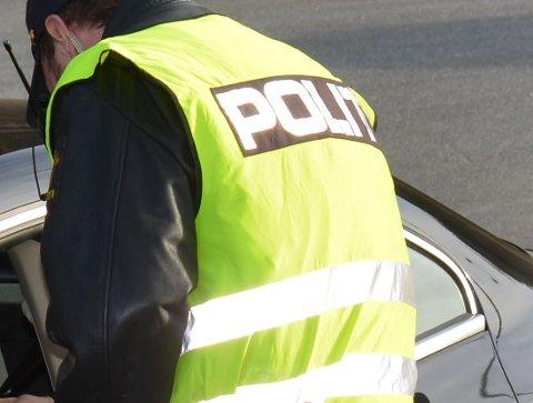 Meld til politiet: Ein mann er meld til politiet etter å ha gått til åtak på to vektarar.
