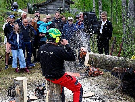Show: Olav Antonsen fra Anton's Timber med flisspruten til værs.
