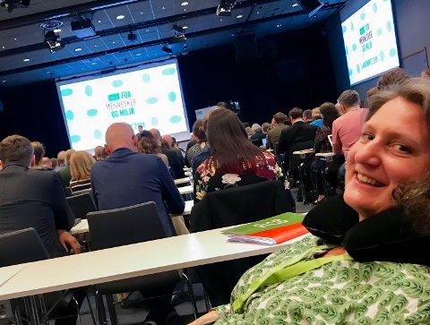 SPESIALPLASS: På grunn av nakkeprolaps fikk Louise Brunborg-Næss spesialplass i lenestol helt bakerst i landsmøtesalen hos MDG.