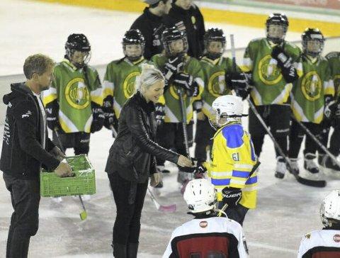 Premier: Her får Emilian Elle-Nitteberg premie for god innsats under cupen i Halden. Begge foto: Privat