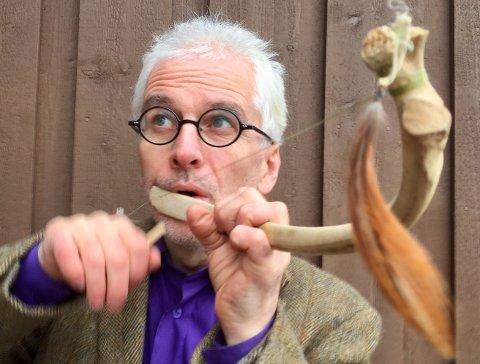 Her spiller Kolltveit på en munnbue, lagd av ribbeinet til en nesoddelg.