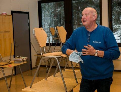 Renhold: – Det vi jobber med her nå på Alværn ungdomsskole er grundig vasking på hele skolen. Vi har to dager på oss til å vaske ned de tre ungdomsskolene, forklarer Frode Nordenhaug (55). Alle foto: Staale Reier Guttormsen