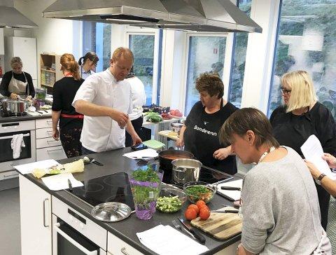 Bærekraftig mat: Kjøkkensjef Bjørnar Amdahl forklarer om naturens spiskammers til konsentrerte barnehageansatte fra Tjenna barnehage.alle foto: Privat