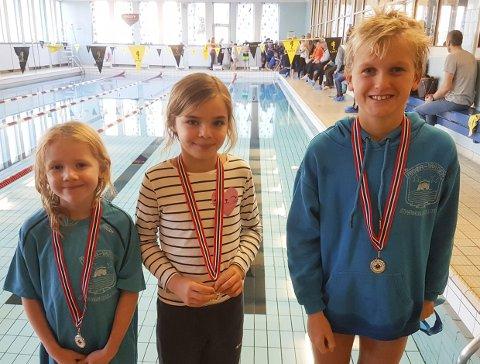 MEDALJESANKERE: Fra venstre: Risør-svømmerne Hanne Sjaavaag, Ingeborg Knutsen Fosshaugen og Didrik Syrdal Tronstad.