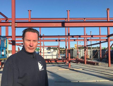 Nytt fiskemottak i rute: Byggherre Jim Berg  er fornøyd med fremdriften i byggeprosjektet på Holmen.