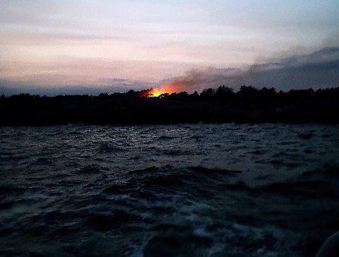 Brannen sett fra sjøen.