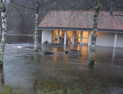 UNDER VANN: Stasjonen for drikkevann fra Kvina havnet ute i Kvina under Synne flommen i 2015. Mattilsynet krever nå at Kvinesdal må få en bedre løsning for å sikre innbyggerne rent drikkevann også når det er slike hendelser som skjer.