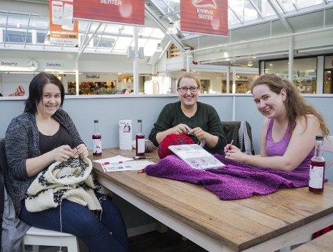 GLAD I HANDARBEID: Marielle Lygre Storheim (20), Lene Lundervoll (25) og Conny-Iren Dale (22) er glad i å strikka og hekla. Her er dei på Strikkekaféen i Knarvik senter.alle foto: IRENE B. JENSSEN