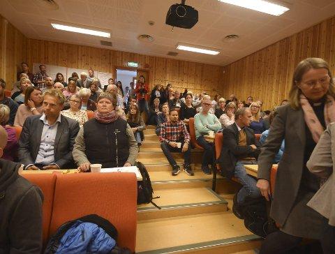 Folksomt: Auditoriet på Árran lulesamiske senter var smekkfullt da Fylkesmannen onsdag arrangerte informasjonsmøte etter de mange overgrepssakene som er avdekket i Tysfjord. Temaet for møtet var oppfølgingstiltak. Begge foto: Øyvind A. Olsen