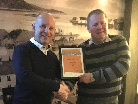 Avdelingsleder Steinar Fredheim (t.v) i Distriktssenteret delte ut prisen for årets nærbutikk til Øyvind Johansen og hans Joker-butikk på Storjord.