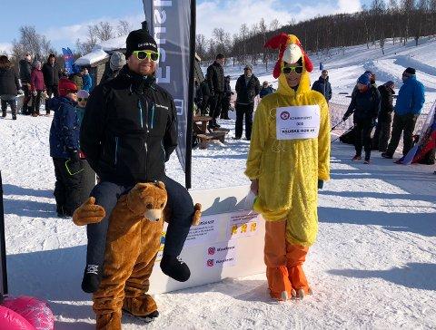 Passende antrekk: Tommy Mosti (39) og Anita Haldorsen (42) synes at bjørn og påskekylling er det perfekte antrekket i forbindelse med årets Kobberløp i Sulitjelma.