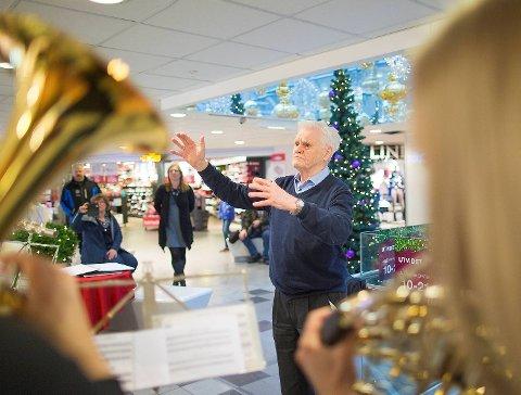 Johannes Nævdal begynte å spille Althorn da han var 15 år. I 60 år var han aktivt medlem i Arne Musikforening. Som 93-åring stepper han inn som dirigent i ny og ne, og søndag 20. desember tok han ansvaret for julekonserten på Øyrane Torg. 1. juledag skal Arne Musikforening spille konserter på en rute med over 25 stoppesteder.
