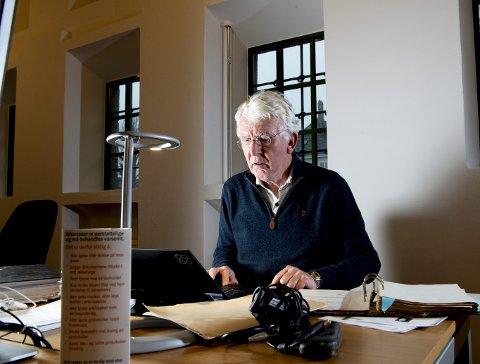 Dag Steinfeld har tatt seg et år fri for å skrive om hans dramatiske familiehistorie. Han tilbringer nå dagene på statsarkivet, der han går gjennom historien tilbake til 1917. Boken vil ikke minst omhandle forholdet til faren, som var krigshelt, men senere satte i gang overvåking av sin egen sønn.