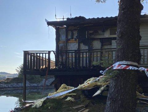 Brannen på en øy utenfor Herdla er nå slukket. Familien på fire kom seg trygt ut og startet slukkearbeidet selv før politi og brannvesen kom til stedet.