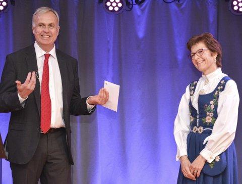 HEDER: Kirsten Berg fikk heder, ære, gavekort og blomster av adm. direktør Lars Erik Flatø.