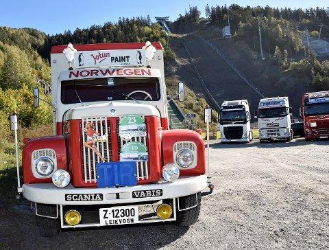 BLANK LAKK: Gamle og nye lastebiler og andre kjøretøy vil kjøre kortesje for «Alt blir bra» lørdag. Her et bilde fra fjorårets festival i Vikersund hoppsenter, som er utgangspunktet for turen.