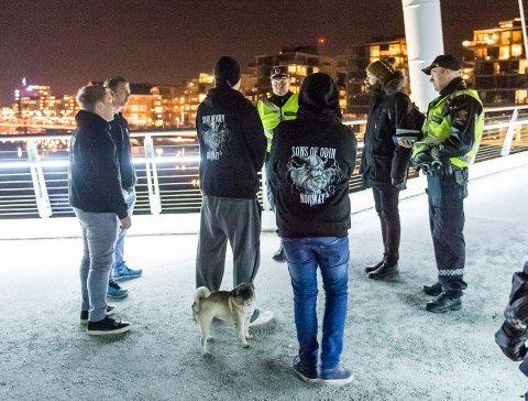 Politiet møtte mannsterke opp på Ypsilon i Drammen. Der ga de klar beskjed til Odins sønner om at de ikke fikk patruljere i Drammens gater.FOTO: RUNE FOLKEDAL