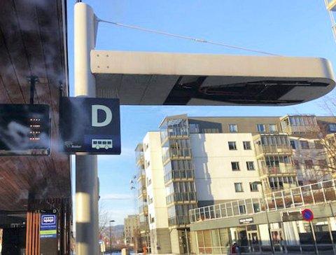 Lades: Ved stopp på rutebilstasjonen plattform D lades Mjøndalensbussen av en galge som ligger over bussen. Det samme skjer i Mjøndalen.
