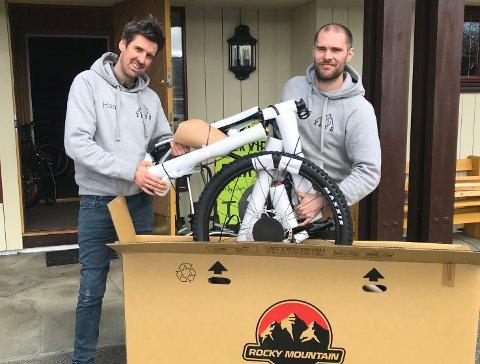 Fine stier: Simon Haugan (t.h.) og Hans Kristian Nilsen pakker ut nyankomne sykler. - Vi har fine sykkelstier rett bak oss her på Horgen, sier de to.