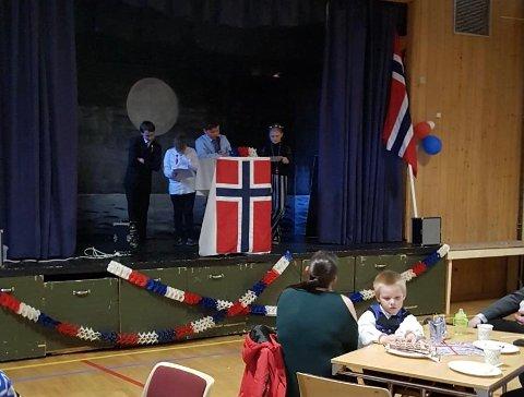 Sjetteklassingene Tobias, Kevin, Aksel og Lone holdt tale under feiringen i Nordvågen. Elin Adolfsen holdt hovedtalen.