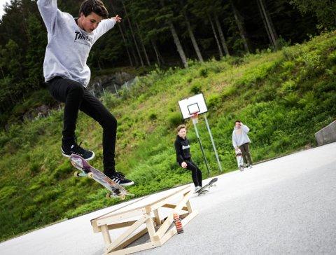 Bjarne Tjøtta har laga ein midlertidig rampe som skatarane kan bruke medan dei ventar på at skateparken skal bli ferdig.