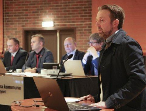 – Politikarane må skru ned krava om økonomiske bidrag frå KF Innvandrarsenteret, seier Ronny Cassells.
