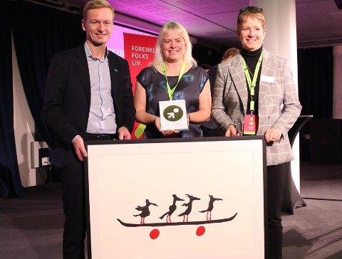 Frå venstre Helge Orten (leiar for Transport- og kommunikasjonskomiteen på Stortinget), Eva Hamre og juryleiar Helena Leufstadius.