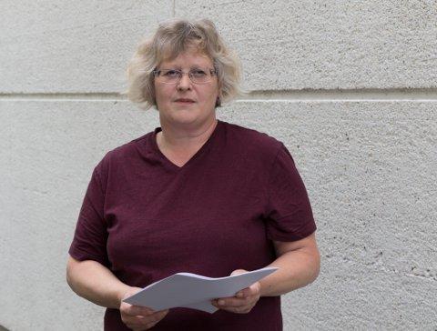 INGA RETTSSAK: Anne Marie Berge med sakspapira frå Fylkesmannen. Ho har ikkje økonomi til å ta saka vidare i retten.